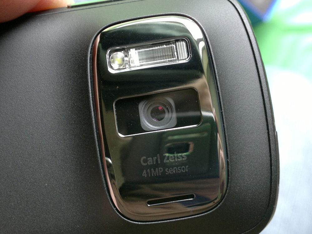 Nokia 808 camera lens/aperture